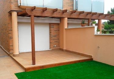porche con bigas decorativas de madera